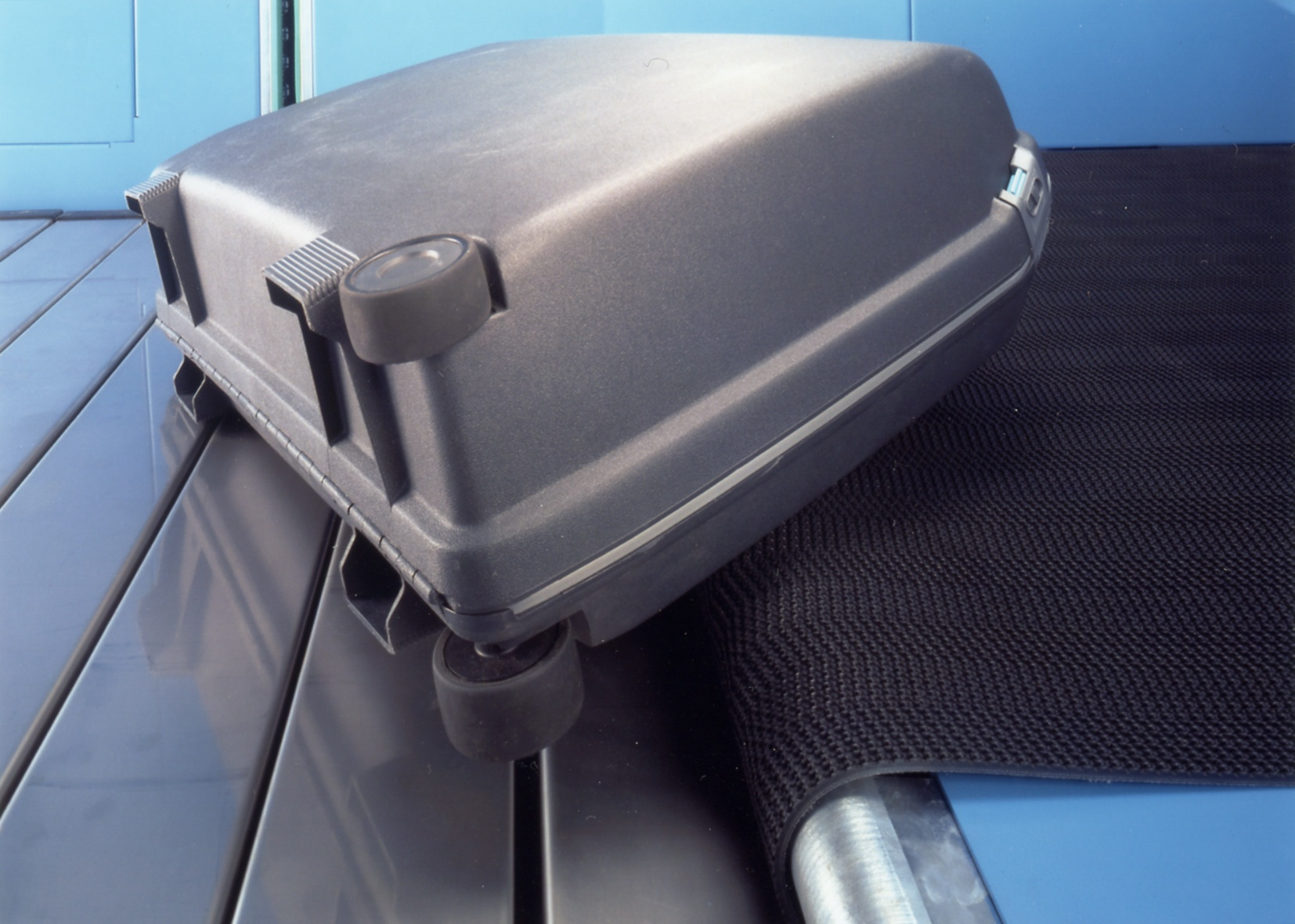 S-Conveyor Baggage Feed Suitcase